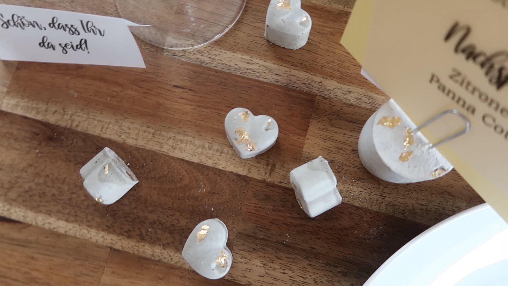 Beton Tischdeko und Memo-Pins mit Golddetails
